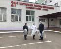 А.А.Гранковский, Г.Н.Лагунова вручают ИСЗ главврачу Н.Я.Мысливчик